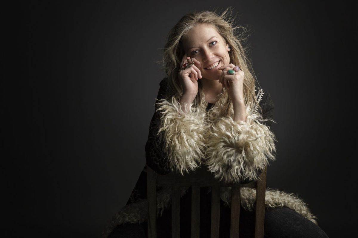 portrait photography rocking laugh by regina pagles