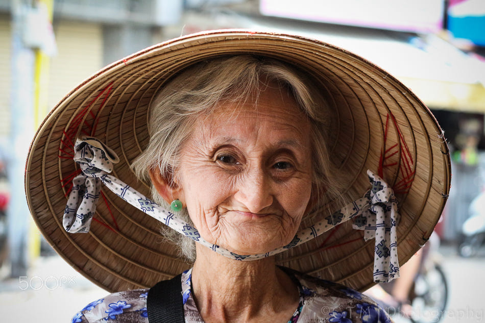 portrait photography smile old woman by khanh vinh cao xuan