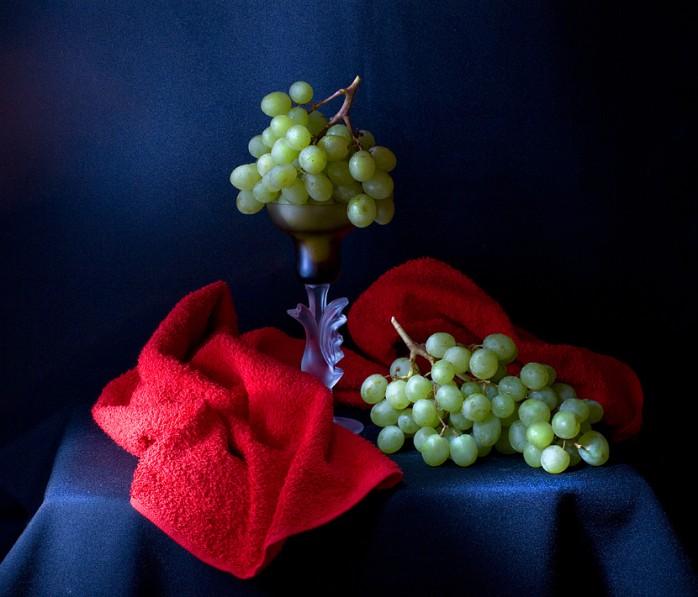 2 grapes still life photography