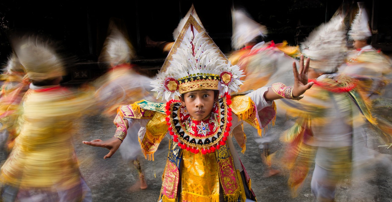 candid photography traditional dance by thomas tham